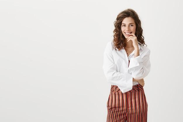 Mulher de negócios bem sucedida sorrindo com entusiasmo Foto gratuita