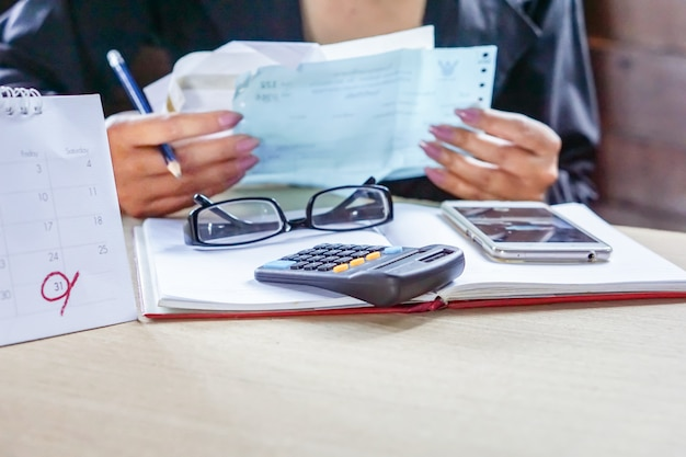 Mulher de negócios, calculando suas contas mensais Foto Premium