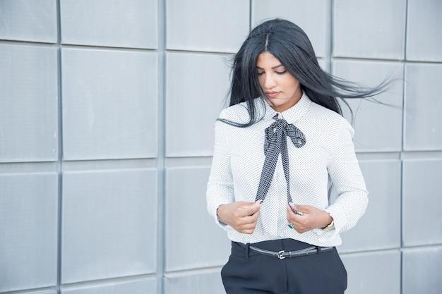 Mulher de negócios calma pensativa com cabelo soprado pelo vento Foto gratuita