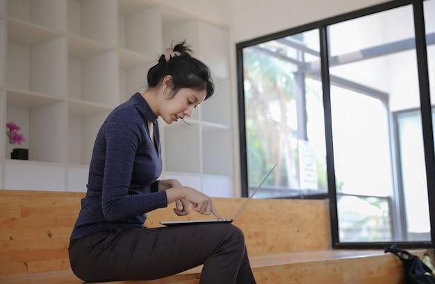 Mulher de negócios caucasiano sentado e digitando no laptop Foto Premium