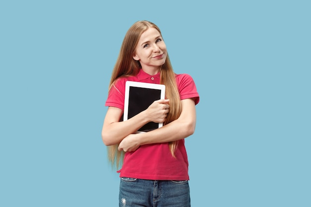 Mulher de negócios com o laptop. amor ao conceito de computador. Foto gratuita