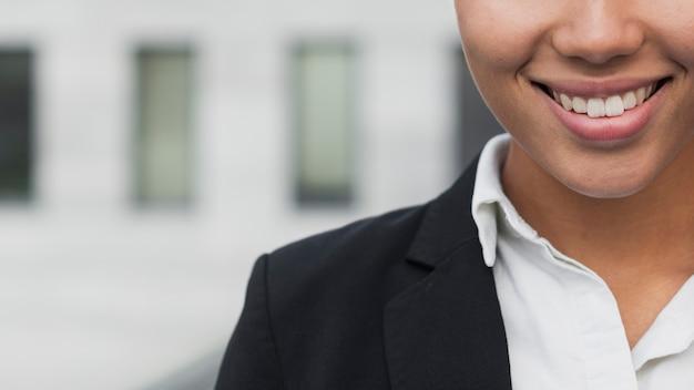 Mulher de negócios com sorriso lindo Foto gratuita