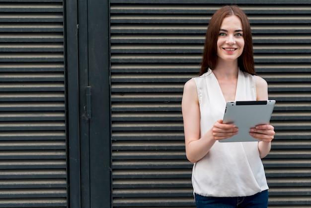 Mulher de negócios com um tablet na rua Foto gratuita