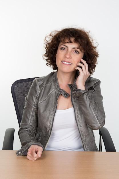 Mulher de negócios confiante falando ao telefone Foto Premium