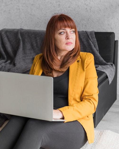 Mulher de negócios de alto ângulo trabalhando no laptop Foto gratuita