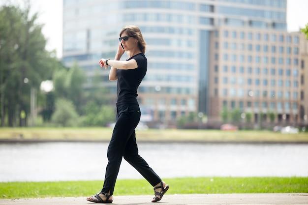 Mulher de negócios de pressa Foto gratuita