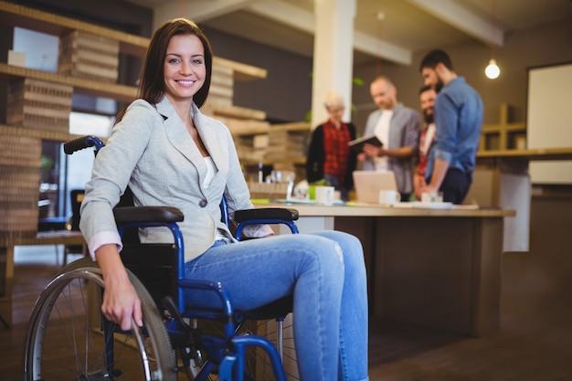Mulher de negócios deficiente segura pela mesa Foto Premium
