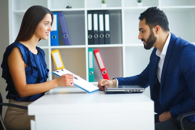 Mulher de negócios do escritório e homem de negócios, liderando as negociações Foto Premium