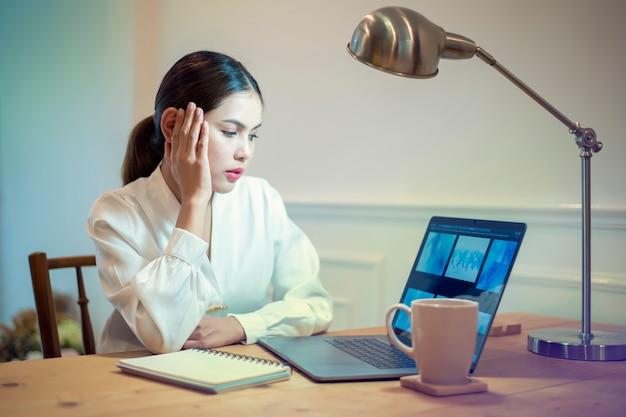 Mulher de negócios é dor de cabeça em seu escritório Foto Premium
