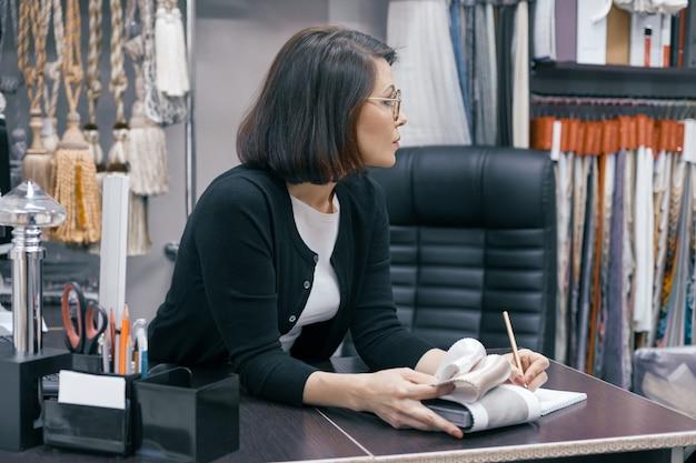 Mulher de negócios em copos no escritório Foto Premium