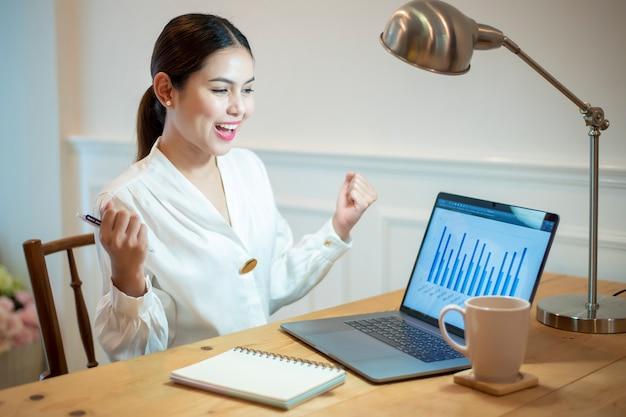 Mulher de negócios está trabalhando em sua mesa de escritório Foto Premium