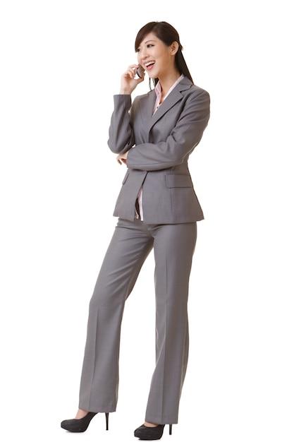 Mulher de negócios feliz falando no celular Foto Premium