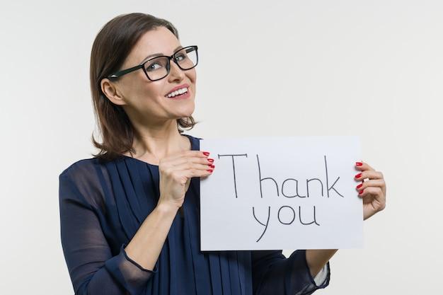 Mulher de negócios feliz mostrando agradecimentos. Foto Premium