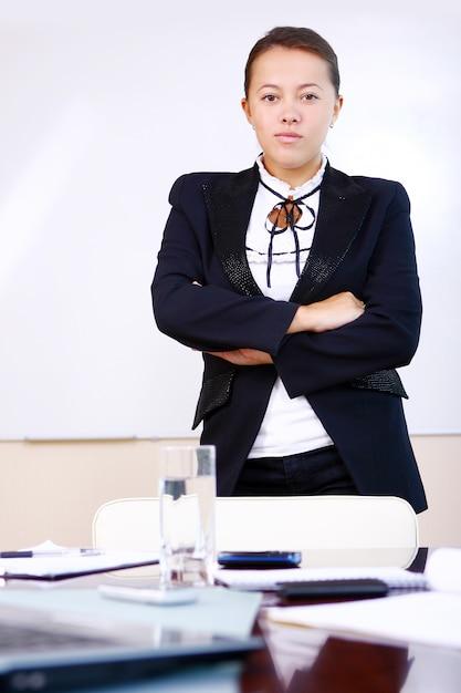 Mulher de negócios feliz no escritório Foto gratuita