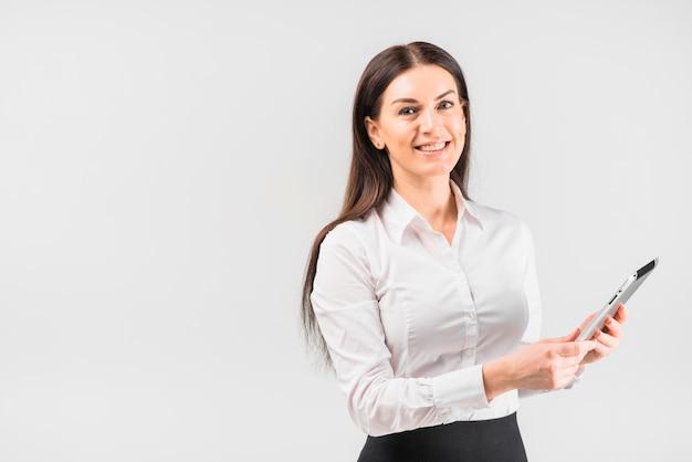 Mulher de negócios feliz usando tablet Foto gratuita