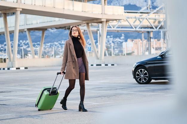 Mulher de negócios jovem andando Foto Premium