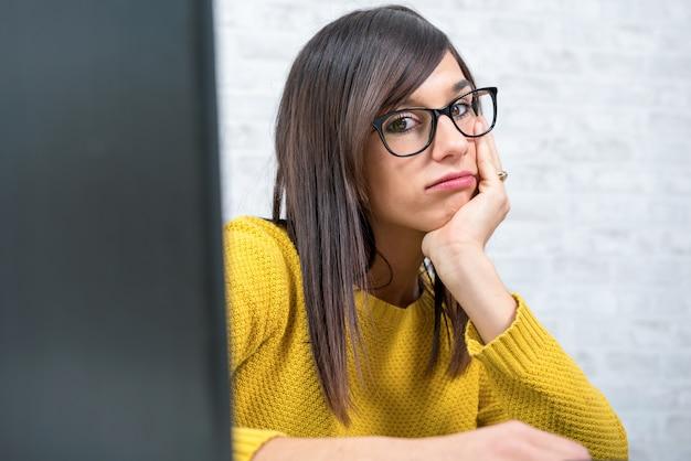 Mulher de negócios jovem cansado na mesa Foto Premium
