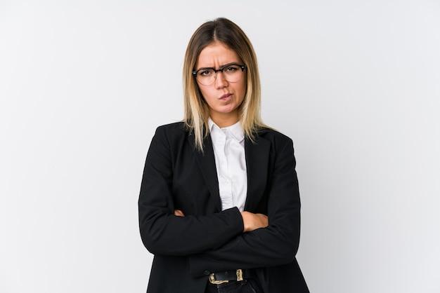 Mulher de negócios jovem caucasiana, cara carrancuda em desgosto, mantém os braços cruzados. Foto Premium
