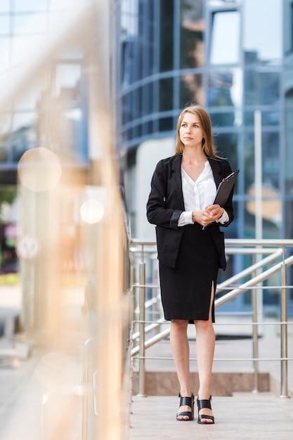Mulher de negócios jovem com uma prancheta Foto gratuita
