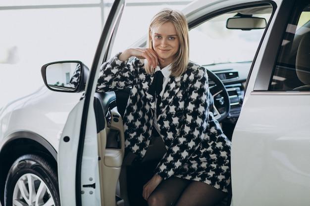 Mulher de negócios jovem escolhendo um carro Foto gratuita
