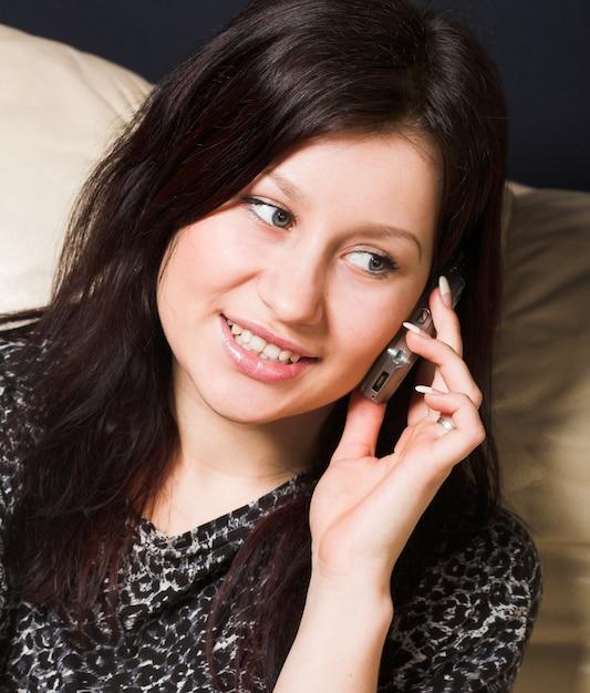 Mulher de negócios jovem está falando pelo celular Foto Premium