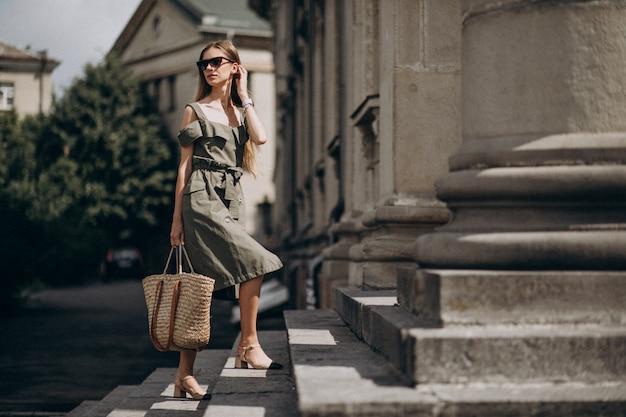 Mulher de negócios jovem subindo as escadas Foto gratuita