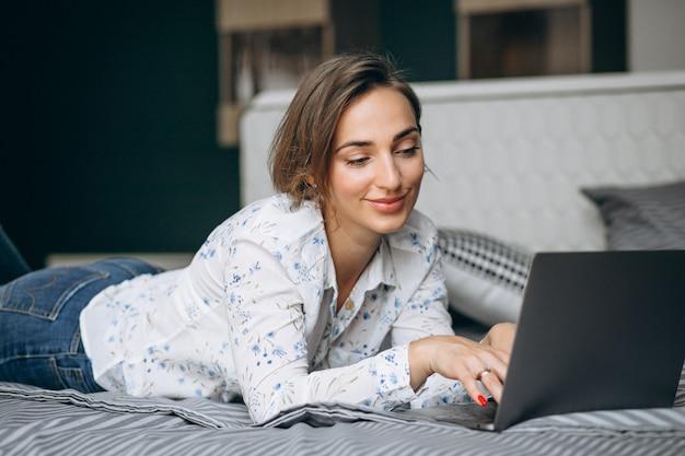 Mulher de negócios jovem trabalhando em um computador em casa Foto gratuita
