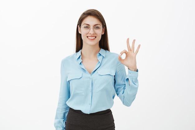 Mulher de negócios morena confiante posando no estúdio Foto gratuita
