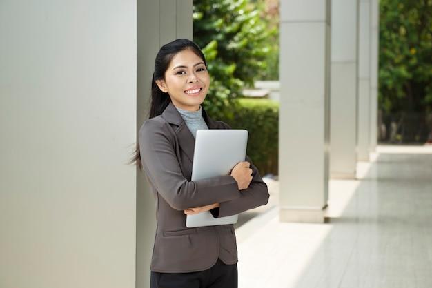 Mulher de negócios muito asiática com laptop Foto Premium
