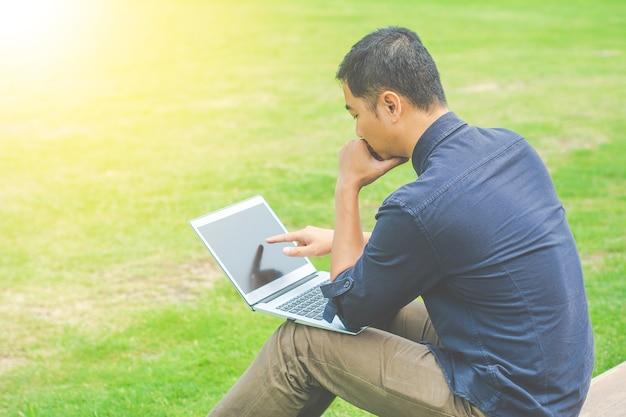 Mulher de negócios nova asiática que trabalha em seu portátil. economia digital. Foto Premium