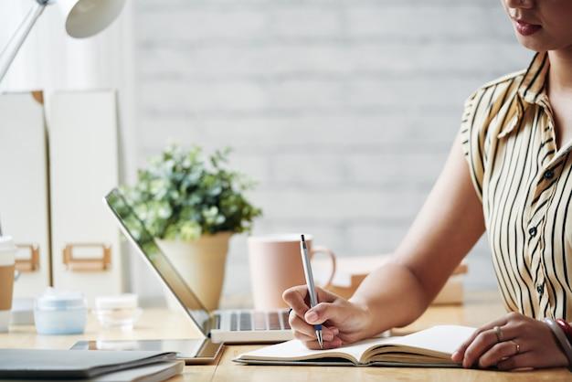 Mulher de negócios, planejamento de trabalho Foto gratuita