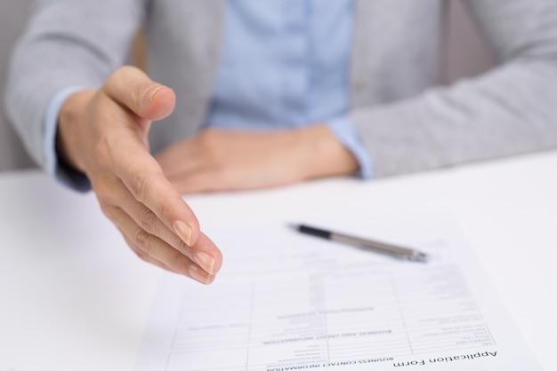 Mulher de negócios que conclui acordo bem sucedido Foto Premium