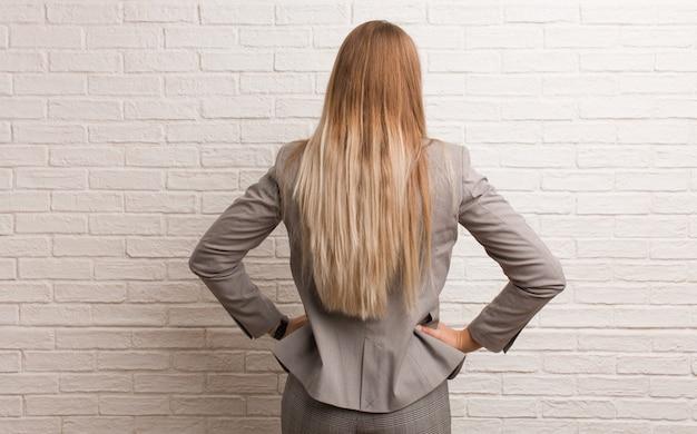 Mulher de negócios russo jovem por trás, olhando para trás Foto Premium