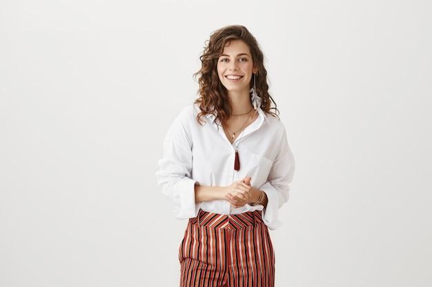 Mulher de negócios sorridente atraente em reunião Foto gratuita