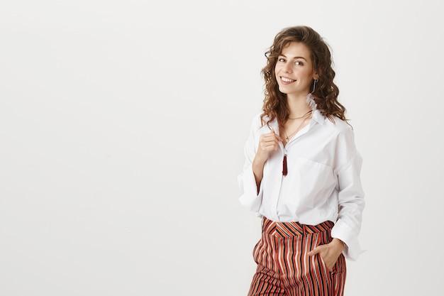 Mulher de negócios sorridente atraente Foto gratuita