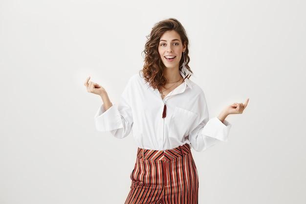 Mulher de negócios sorridente bem-sucedida clicando com os dedos Foto gratuita
