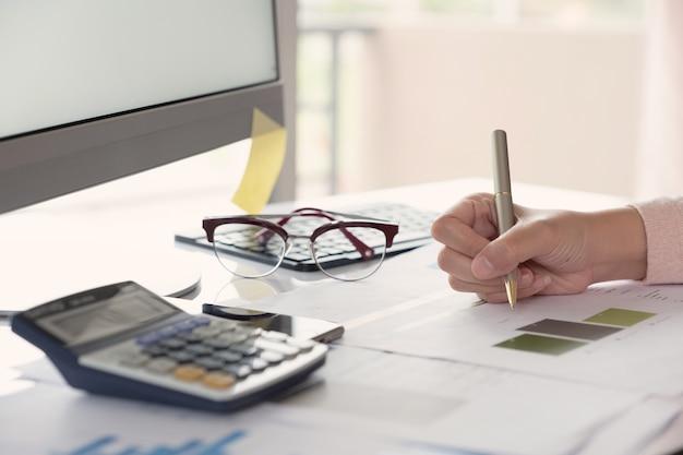 Mulher de negócios, trabalhando com gráficos de documentos. Foto Premium