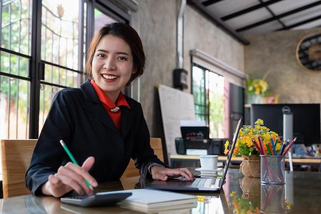 Mulher de negócios trabalhando com o laptop na estação de trabalho. trabalhador de escritório e conceito de retrato Foto Premium