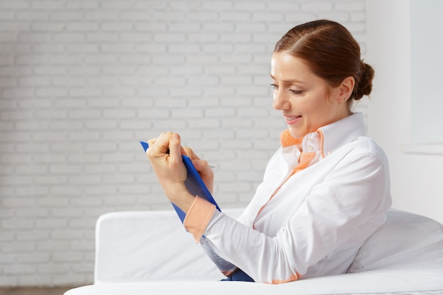 Mulher de negócios, trabalhando em casa, escritório para planejamento e escrita em um notebook Foto Premium