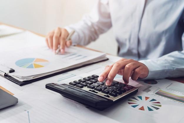 Mulher de negócios, trabalhando em finanças e contabilidade analisar orçamento financeiro no escritório Foto Premium