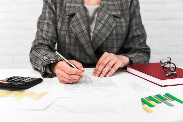 Mulher de negócios, trabalhando em um desktop de escritório Foto gratuita