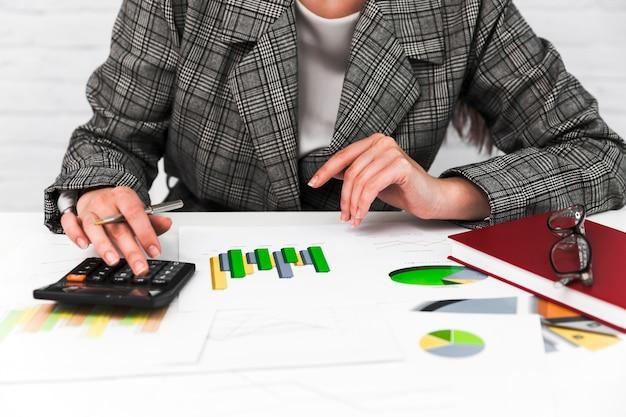Mulher de negócios, trabalhando em um desktop de escritório Foto Premium