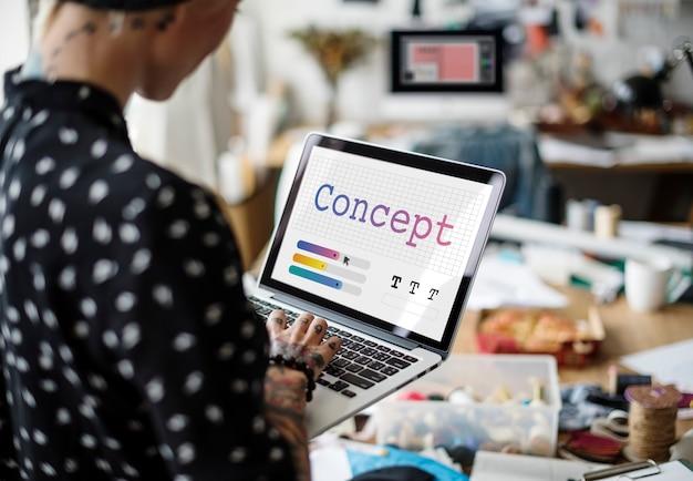 Mulher de negócios trabalhando em um laptop no escritório Foto gratuita