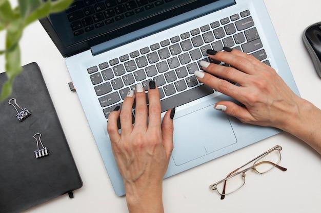 Mulher de negócios, trabalhando em um laptop Foto Premium