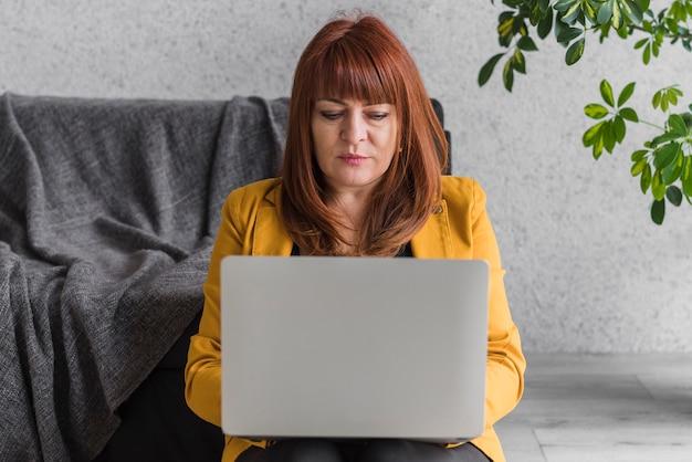 Mulher de negócios, trabalhando no laptop Foto gratuita