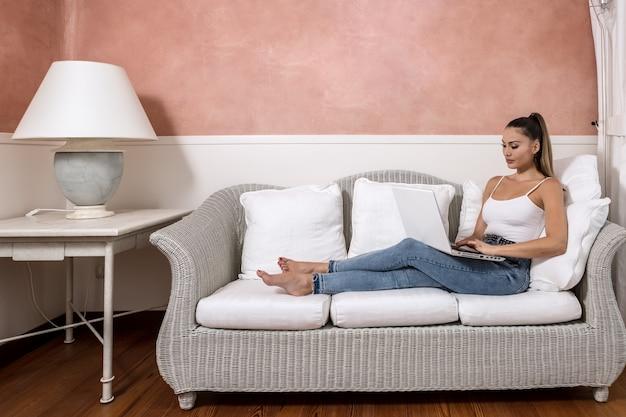 Mulher de negócios usando laptop no quarto de hotel Foto Premium