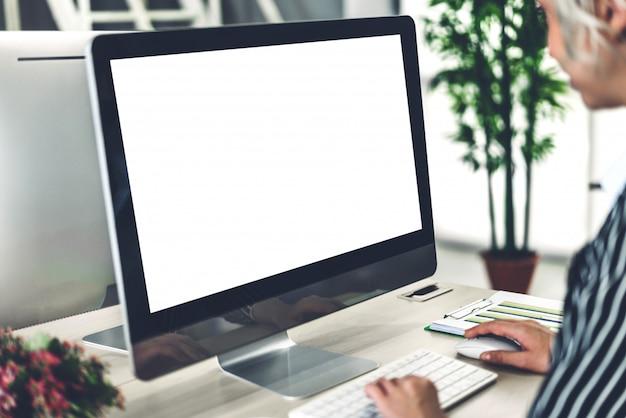 Mulher de negócios usando o computador com telas em branco maquete branca no loft de trabalho moderno Foto Premium