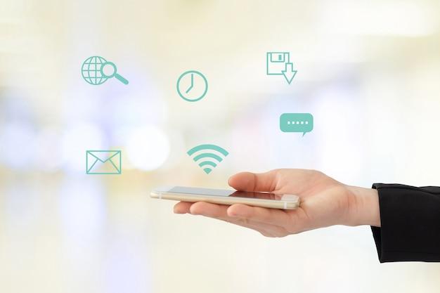 Mulher de negócios usando o telefone inteligente com a internet ícone de coisas em fundo borrado, conceito de negócios e tecnologia Foto Premium