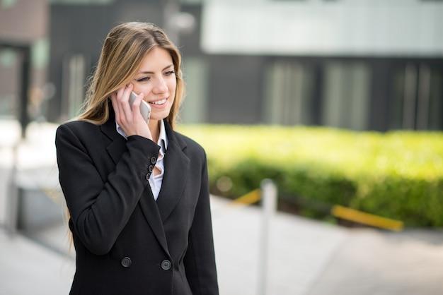 Mulher de negócios, usando seu telefone celular Foto Premium