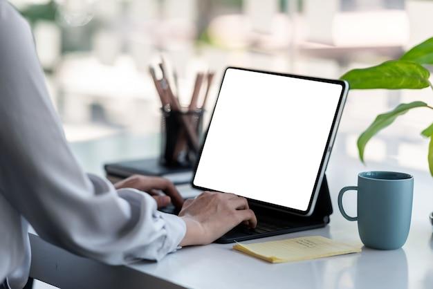 Mulher de negócios usando tablet digital, trabalhando em casa. tela branca em branco. Foto Premium